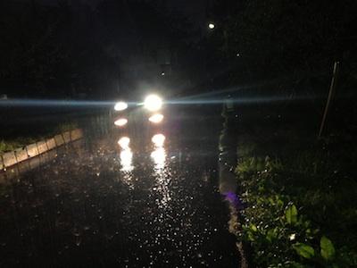 車のライトに照らされる雨