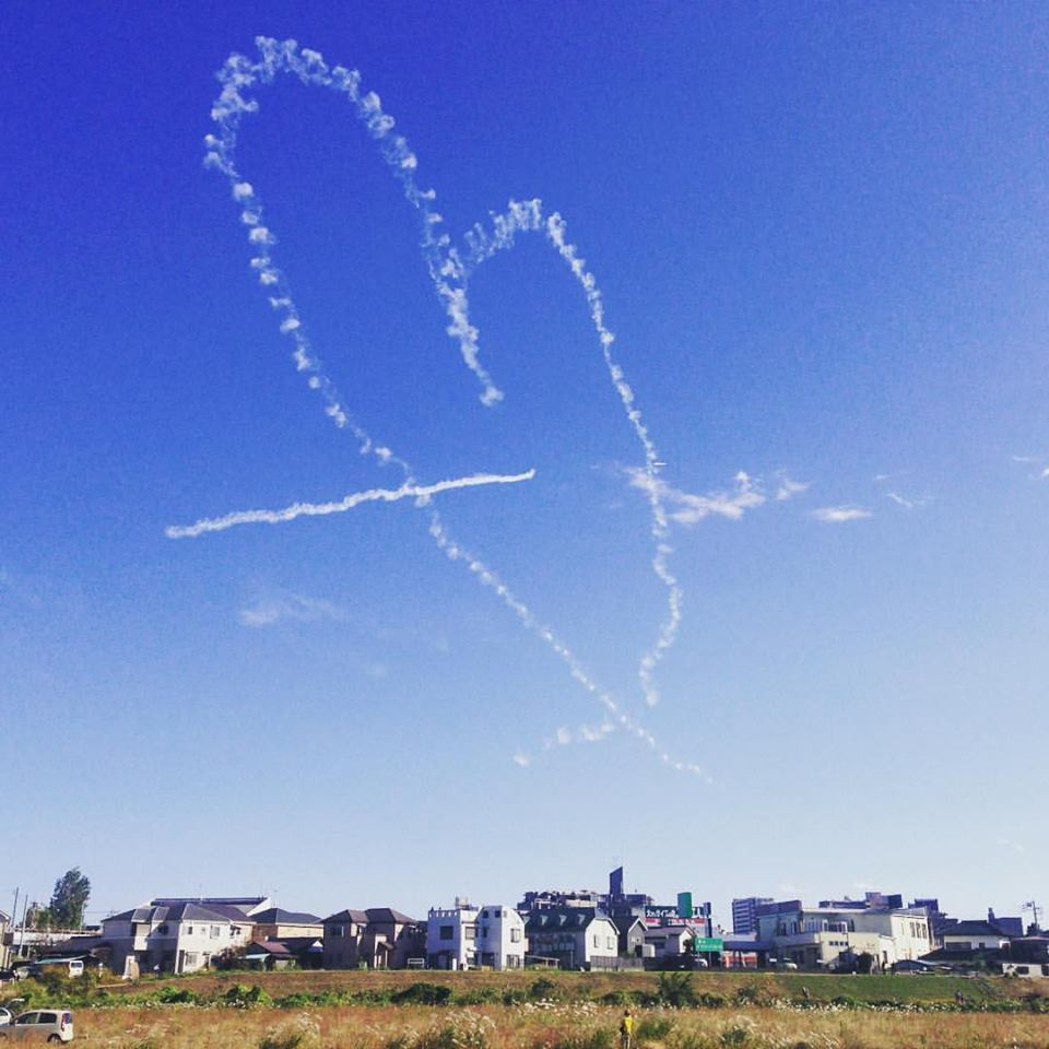 幸せになりたい・幸せにしたい時に幸せになる・幸せな気持ちになる画像001:飛行機雲のハートを射抜く(入間航空祭)