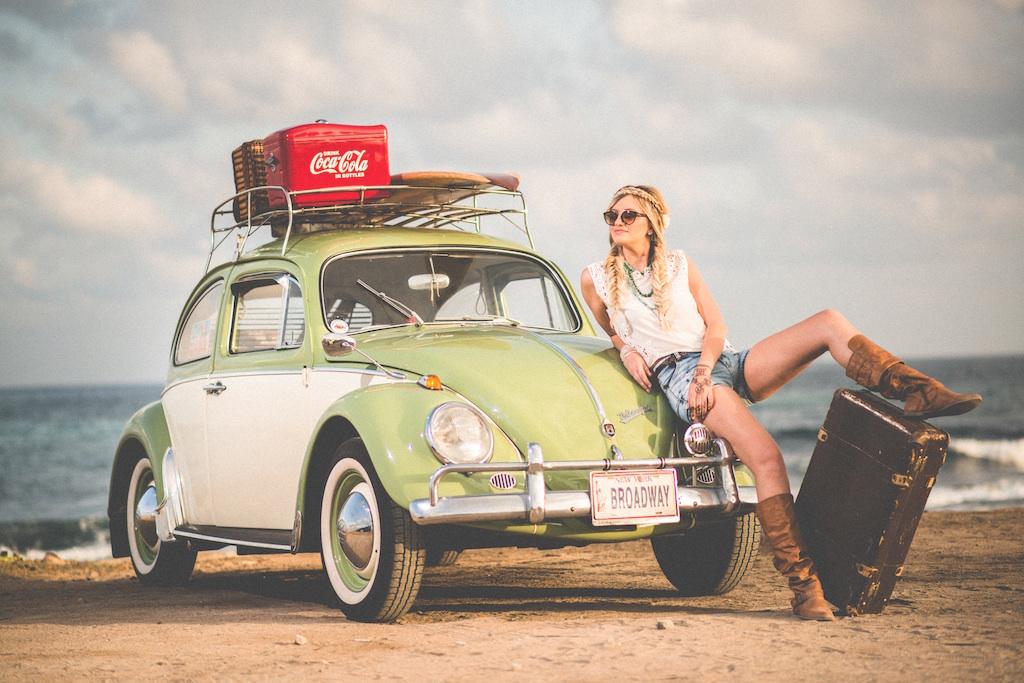 レトロな車とスーツケースと女性