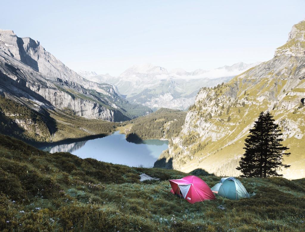 山に囲まれた湖のほとりにテント