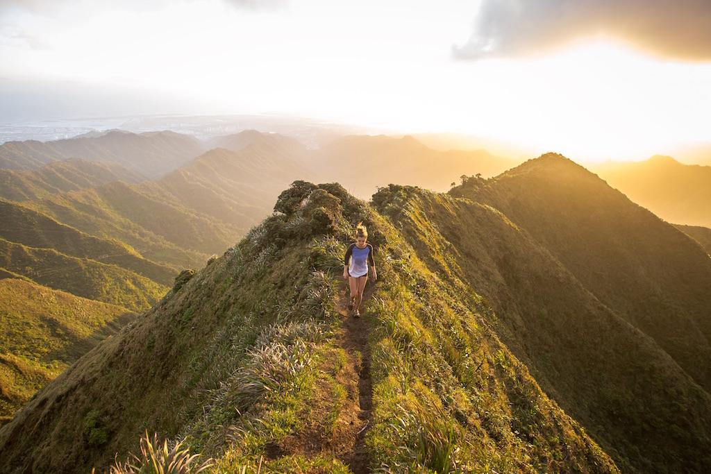 旅したくなる・旅に出たくなる写真・無料画像素材005:山の尾根を歩く女性