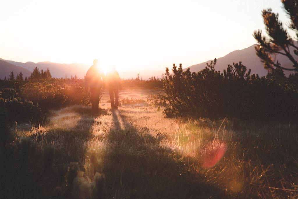 太陽に向かって手をつないで歩く