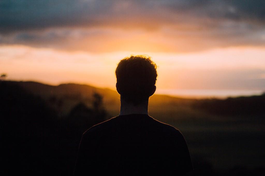 旅したくなる・旅に出たくなる写真・無料画像素材001:夕日を眺める男性の後ろ姿シルエット