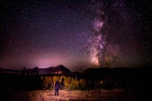 山の中で星空を眺める